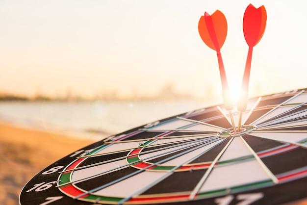 La freccia del dardo ha colpito per centrare su bullseyeof è un obiettivo del business sfida