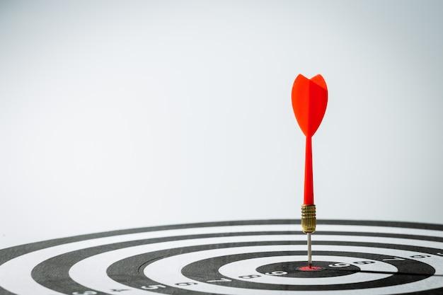 Freccia dardo che colpisce nel centro dell'obiettivo del bersaglio
