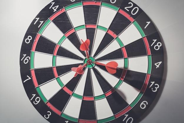 Dardo freccia che colpisce nel centro dell'obiettivo del bersaglio.