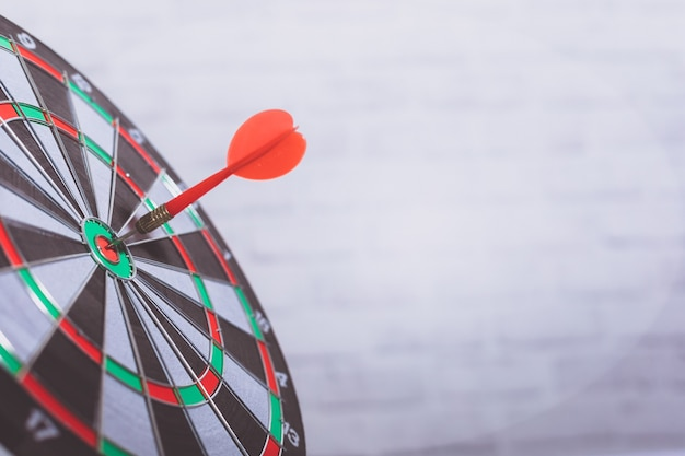 Freccia del dardo nel centro dell'obiettivo del bersaglio. concetto di mercato.