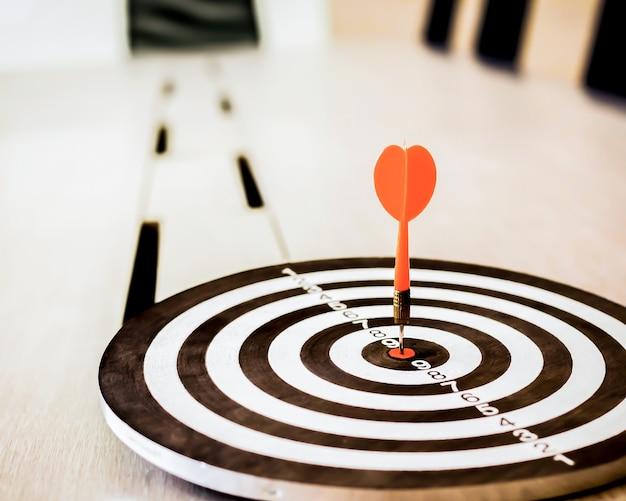 Il dardo è un'opportunità e il bersaglio è l'obiettivo e l'obiettivo, quindi entrambi rappresentano una sfida in