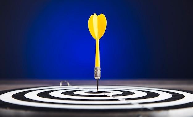 Frecce di freccette nel centro del bersaglio in blu