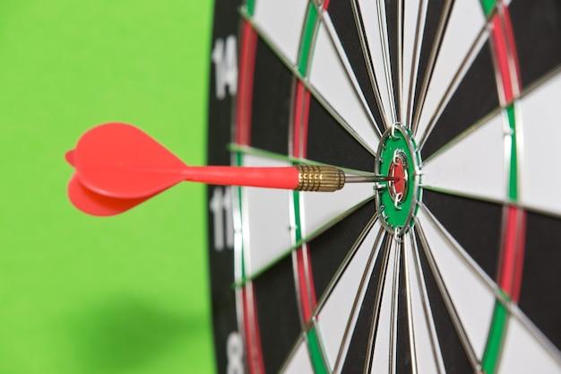 Frecce di freccette al centro del bersaglio