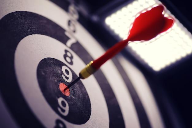 Freccette. il dardo per giocare nel tabellone è bloccato. colpisci il settore con le freccette. il concetto di una strategia di successo.