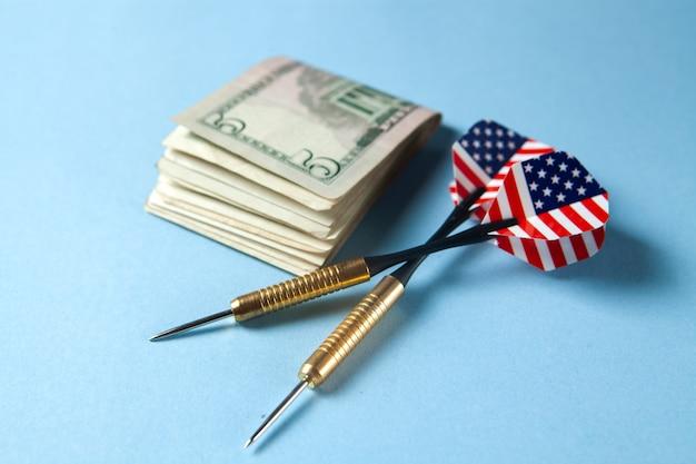 Freccette e soldi sul tavolo