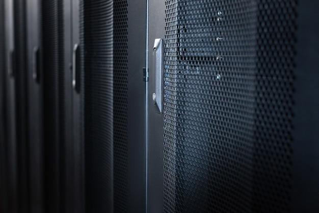 Banca dati. armadi server moderni ed eleganti in metallo nero in un data center