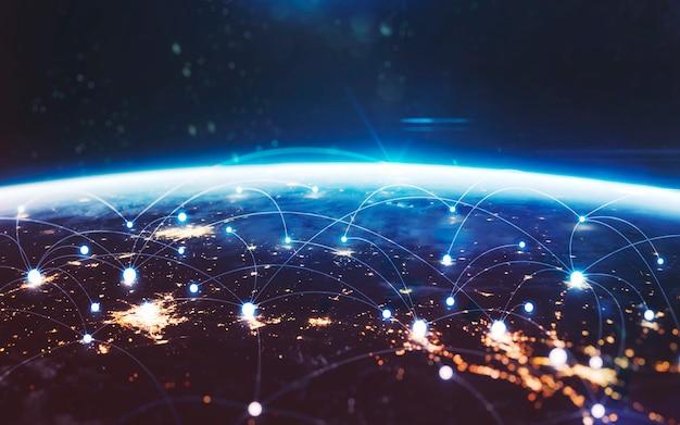 Scambio di dati e rete globale nel mondo. terra di notte, luci della città dall'orbita. elementi di questa immagine forniti dalla nasa
