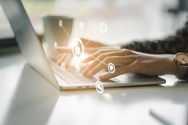 Protezione dei dati e concetto di sicurezza della rete. scudo luminoso incandescente sulla mano della donna d'affari per proteggere il muro di fuoco di internet, assicurazione o pulitore di virus informatico.