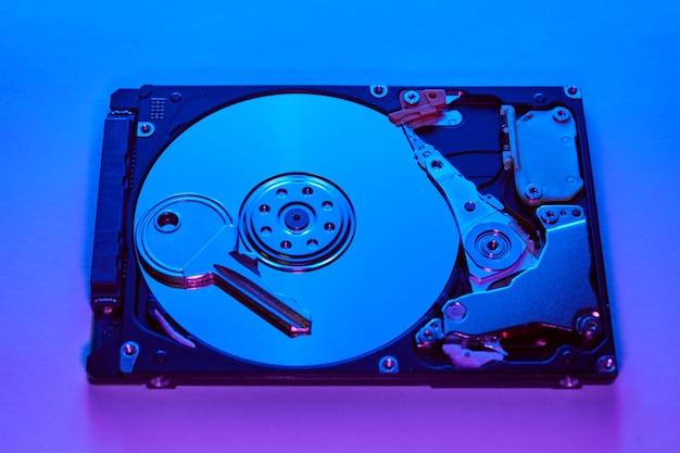 Concetto di sicurezza dei dati. chiave sul mandrino di un disco rigido. disco rigido aperto.