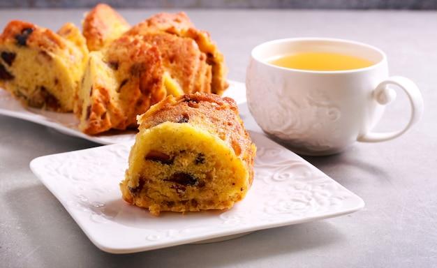 Torta di datteri e arancia con noci, a fette,