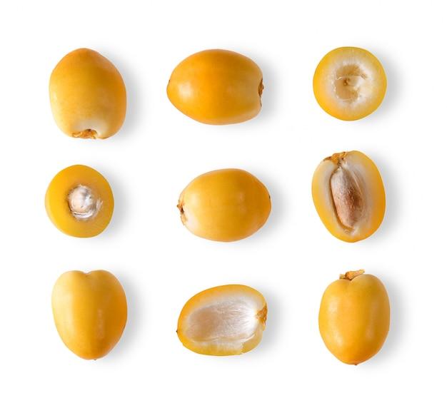 Frutta fresca della palma da datteri su spazio bianco