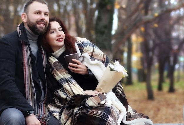 Appuntamento in un parco amanti felici su una panchina in autunno