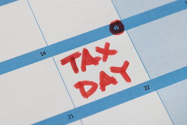 La data della dichiarazione dei redditi è contrassegnata in rosso sul calendario. concetto di dichiarazione dei redditi