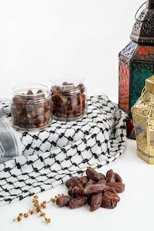Palma da datteri e lanterna araba su bianco