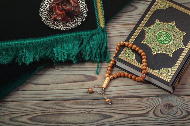 Date con il rosario e il libro sacro del corano
