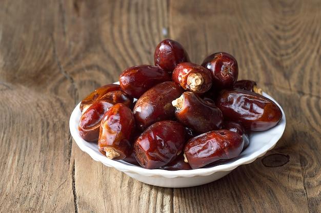 Date sulla tavola di legno. datteri secchi di frutta.