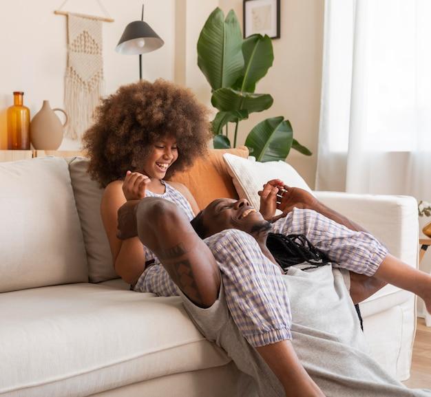 Figlia e padre in un momento di relax a casa Foto Premium
