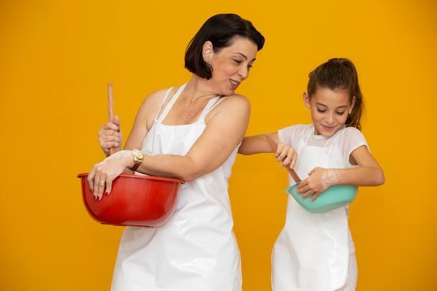 Figlia e madre che preparano una ricetta