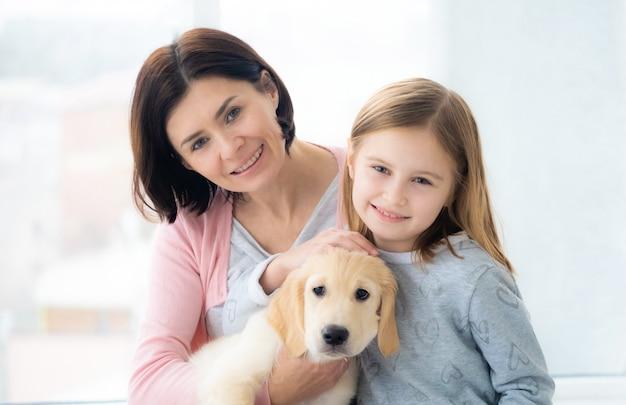 Figlia e madre con il cane