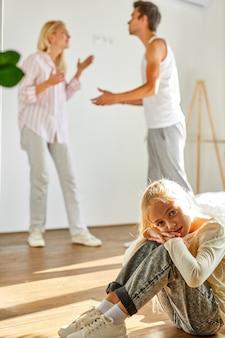 Figlia che soffre di litigio dei genitori, violenza domestica e concetto di conflitto familiare