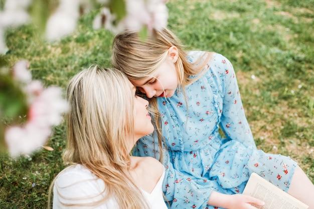 Figlia con la madre in un parco