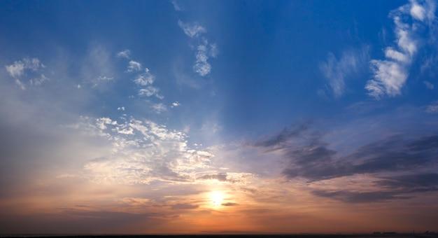 Alba o tramonto del cielo della sera, nuvole e cielo blu. paesaggio meraviglioso.