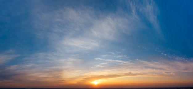 Cielo dell'alba, raggi di sole e sogni, panorama mattutino.