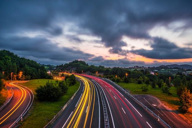 La giornata finisce e vediamo la scia delle luci delle auto in autostrada. foto a errenteria (gipuzkoa), paesi baschi