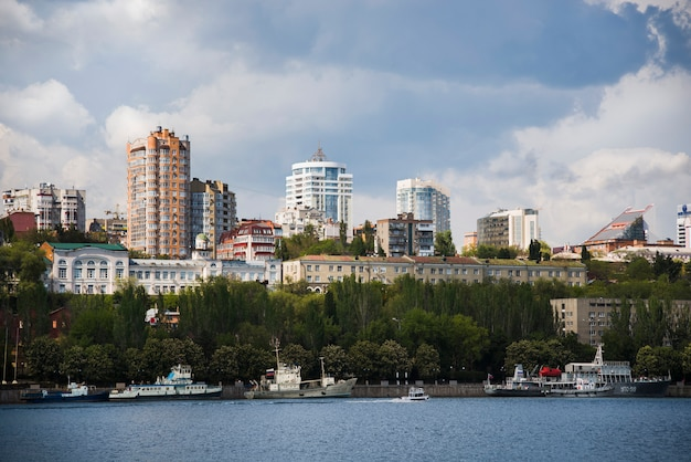 Vista di giorno della via beregovaya, fiume don
