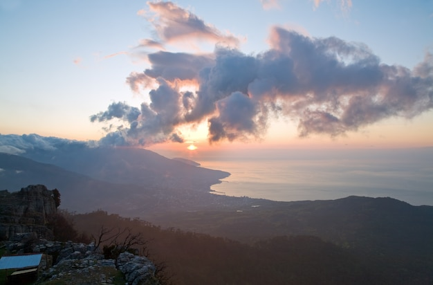 Paesaggio della linea costiera di alba dalla cima della montagna di aj-petri (crimea, ucraina) e vista sulla città di jalta.