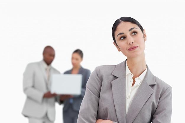 Imprenditrice sognare ad occhi aperti con i colleghi dietro di lei