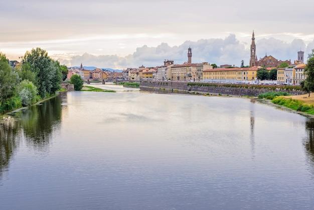 Daylight giorno nuvoloso vista al fiume arno con riflessi