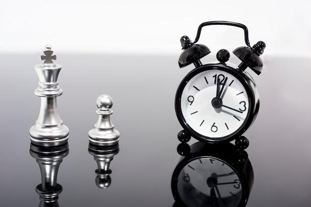 Ora legale. dst. orologio che va all'ora legale. girare il tempo in avanti.