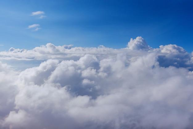 Luce del giorno con nuvole cielo blu naturale tra le nuvole soffici