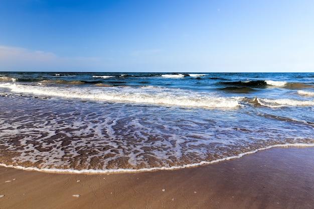 Di giorno sulla costa del mar baltico, acqua fredda nel mese di agosto, bellissima natura
