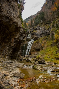 Cascata de la cueva nel parco nazionale di ordesa e monte perdido, spagna Foto Premium