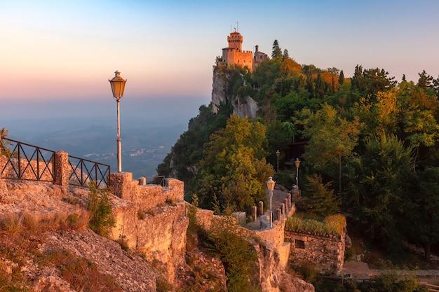De la fratta o cesta, seconda torre sul crinale del monte titano, nella città di san marino della repubblica di san marino durante l'ora d'oro al tramonto