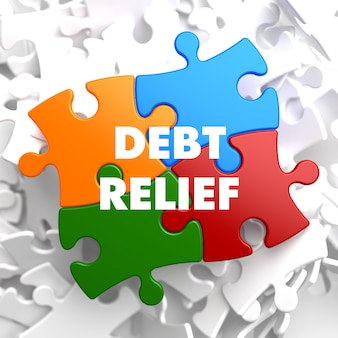 Riduzione del debito sul puzzle multicolore su sfondo bianco.