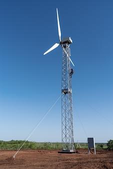 Lavori di debug su una nuova turbina eolica in campagna. foto scattata in una soleggiata giornata estiva in russia
