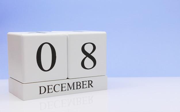 8 dicembre giorno 8 del mese, calendario giornaliero sul tavolo bianco.