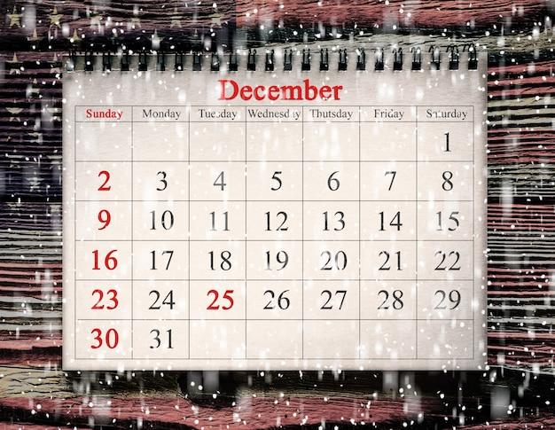 25 dicembre nel calendario sullo sfondo del legno