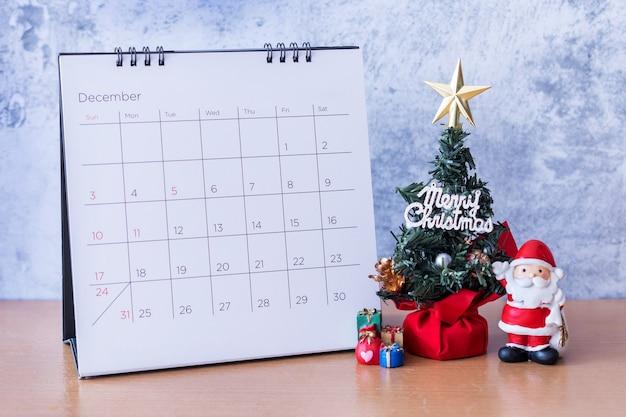 Calendario di dicembre e albero di natale