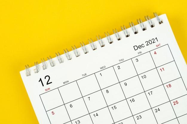 Mese di dicembre, calendario 2021 per l'organizzatore per la pianificazione e il promemoria su sfondo giallo.