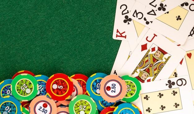 Carte del mazzo sul tavolo del casinò con gettoni di scommesse