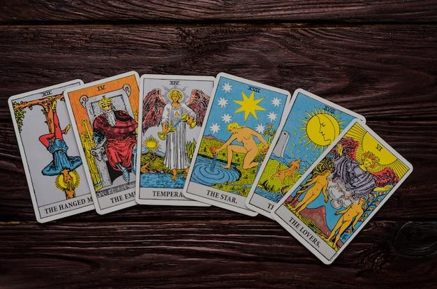 Mazzo di carte tarot rider-waite. Foto Premium