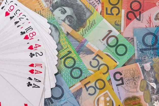Mazzo di carte da gioco su banconote in dollari australiani