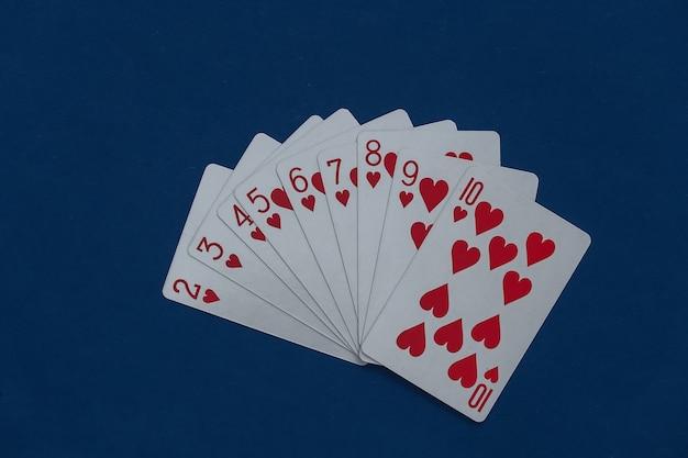 Un mazzo di carte da gioco sul classico blu.