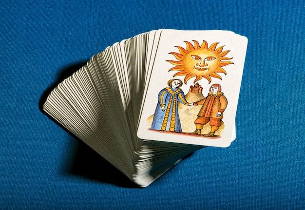 Mazzo di carte dei tarocchi in pila con il sole in cima