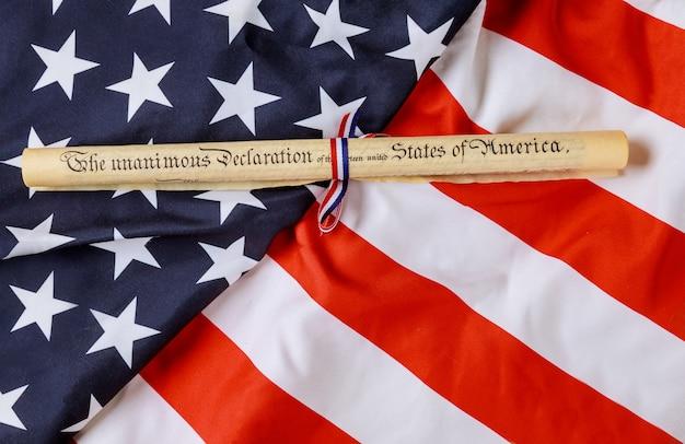 Rotolo di pergamena della dichiarazione di indipendenza con bandiera degli stati uniti