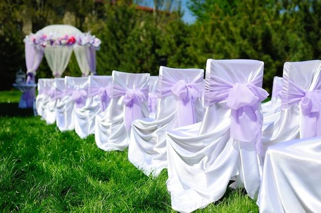 Decorazioni e decorazioni della cerimonia di matrimonio con lilla o viola